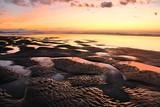 sable noir et coucher de soleil