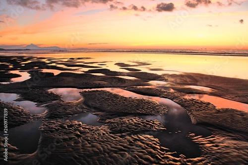 sable noir et coucher de soleil © Amandine