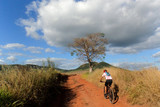 Ciclista pedalando na trilha em montanhas