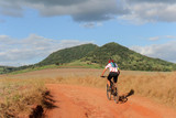 Ciclista praticando o esporte mountainbike