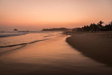 Crépuscule magnifique sur la plage de Zipolite, Oaxaca, Mexique.  © In 2 DODO