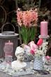canvas print picture - Gartendekoration im Frühling mit Damenbüste, Kerzen und Blüten in Pink und Weiß