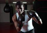 Pewny siebie afro amerykański bokser posiada trening na ringu