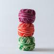 Trois pelotes de fil de coton superposées