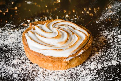 tarte au citron meringuée en gros plan © Image'in