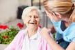 Leinwanddruck Bild - Senior Frau und fürsorgliche Altenpflegerin