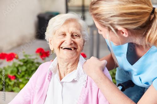 Leinwanddruck Bild Senior Frau und fürsorgliche Altenpflegerin