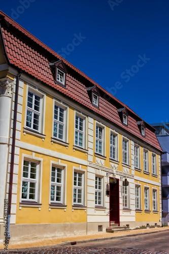 canvas print picture Saniertes Bürgerhaus in Rostock, Deutschland