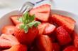 canvas print picture - köstliche geschnittene Erdbeeren in einer Schüssel