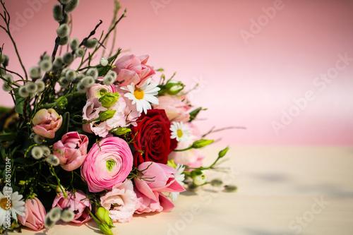 bunter Blumenstrauß mit Weidenkätzchen , rosa Hintergrund