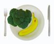 Brokkoli und Banane am Teller, gesunde Ernährung