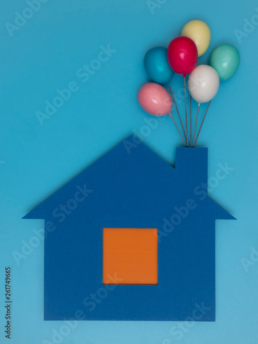 canvas print picture Haus mit Luftballon.
