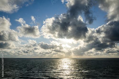 Dramatischer Sonnenuntergang auf dem Meer vor Sylt
