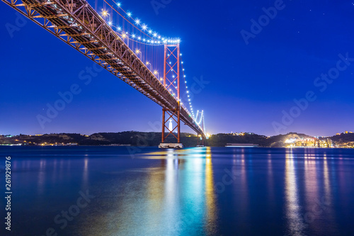 The Ponte 25 de Abril Bridge © Val Thoermer