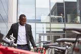 Afrikanischer Geschäftsmann mit Fahrrad