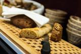 angeschnittenes Baguette zum Frühstück / Buffet im Hotel