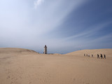 Touristen auf dem Weg zum Leuchtturm Rubjerg Knude an der dänischen Nordseeküste