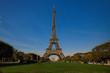 Der Eiffelturm in Paris bei Tag vom Park aus
