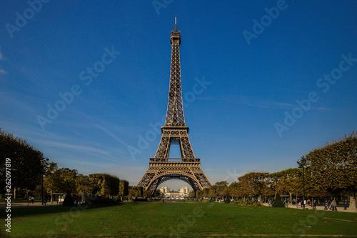 Der Eiffelturm in Paris bei Tag vom Park aus - 262097819