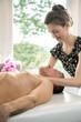 canvas print picture - Vitalpunktmassage in der Ayurveda Praxis  mit Ayurveda Therapeutin, Klient liegt auf der Massageliege