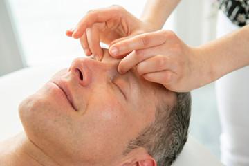 Ayurvedische Marma Massage am Kopf, Vitalpunktmassage löst Muskelverspannungen und aktiviert den Energiefluss
