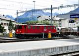 Banhof Samedan im Engadin, Lokomotive, Alpen im Hintergrund