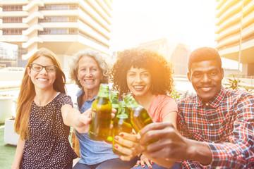 Freunde stoßen mit Flasche Bier an