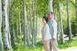 森林�中�微笑むシニア夫婦