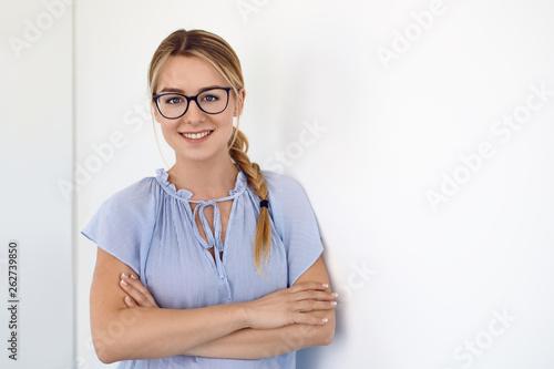 canvas print picture Bewerbungsfoto einer jungen Frau mit Brille