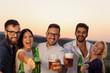 Leinwanddruck Bild - Friends drinking beer