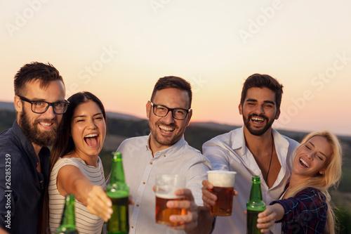 Leinwanddruck Bild Friends drinking beer