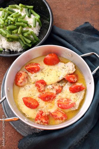 delizioso pasto  carne formaggio e pomodori in tegame di metallo - 262948829