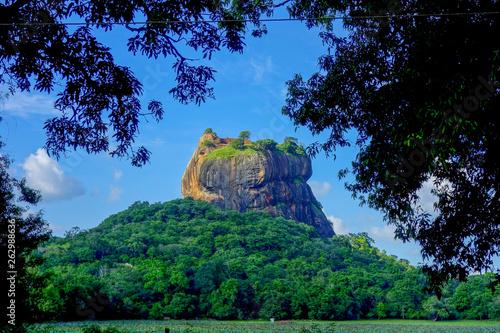canvas print picture Spektakulärer Berg (Sgiriya Rock) im Dschungel von Sri Lanka mit dramatischem Himmel