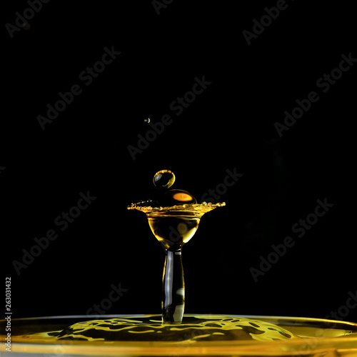 canvas print picture Wasser, Wassertropfen, Wassertropfenkollision, Tropfen, Watersplash, Splash, Platsch, gelb-schwarz, gelb, schwarz,