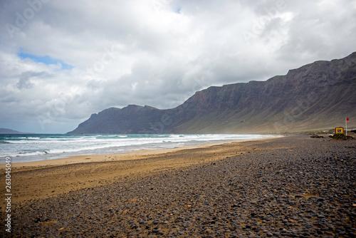 canvas print picture Una giornata di tempesta sulla spiagga di Famara, meta dei surfisti per le sue belle onde, sull'isola di Lanzarote