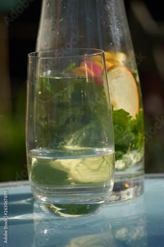 canvas print picture Wasser mit Apfel und Zitronnenmelisse