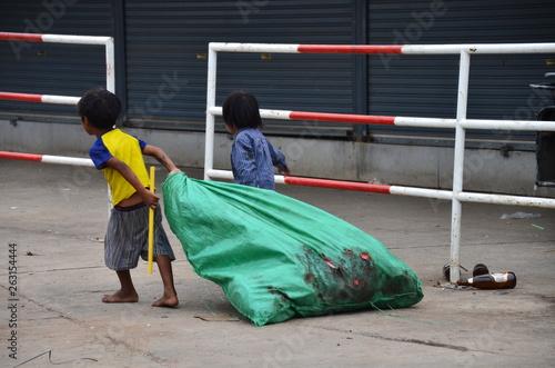 タイとカンボジアの国境の街 タイ側のアランヤプラテート 市場でゴミを集める子供 © koujim30