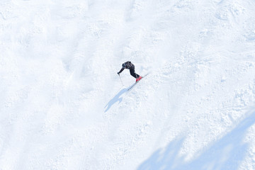 skieur sur une piste de bosses