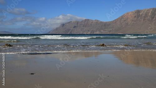 canvas print picture sable et roche sur une plage de l'Atlantique