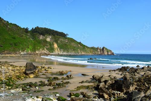 Plage, falaise, paysage marin, vagues, écume, sable chaud, idéal pour la baignade © Ayma