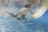 enfant jouant dans bulle d'eau sur la foire