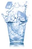 Wasser im Glas Mineralwasser Eiswürfel Eis Würfel freigestellt Freisteller isoliert