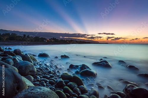Rayons crépusculaires en bord de mer . © pixel974