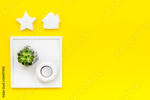 concrete figures and tray decorations for morden home office on yellow background flat lay mockup © 9dreamstudio