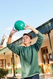 Schüler wirft einen Ball im Sportunterricht