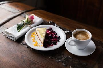 Różneciastka i torciki jako przystawki podane na talerzu prezentowane na pokazach kulinarnych