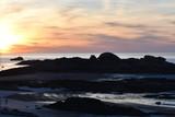 coucher de soleil sur la côte rocheuse de Trégastel en Bretagne