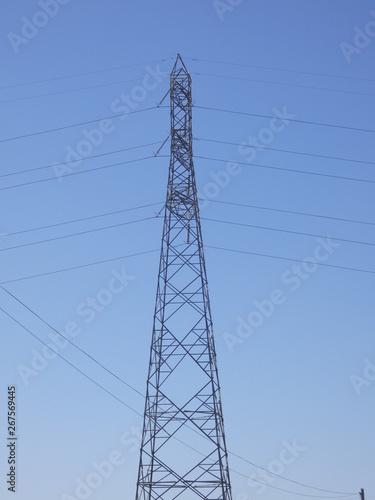 Poste de electricidad sobre fondo azul